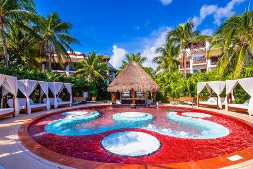 Jacuzzi lounge ofthe Desire Riviera Maya Pearl Resort